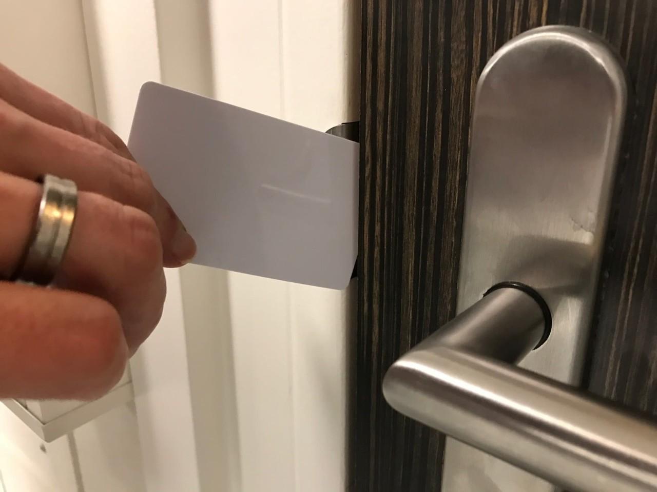 Deur openen met een plastic pas