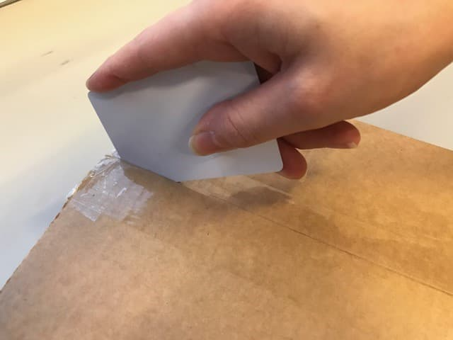 doos openen met een plastic pas