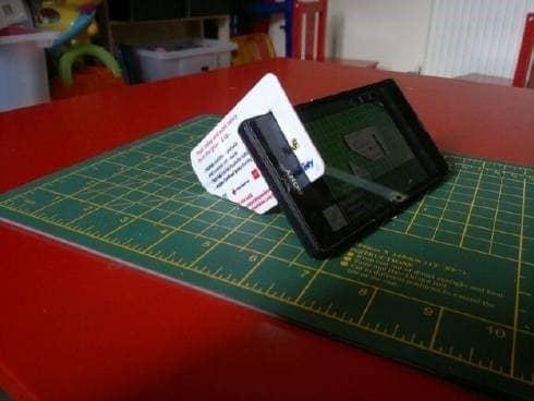 Telefoonstandaard van een plastic pas