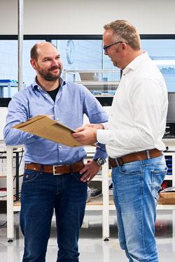 Roland en Lars bespreken een order